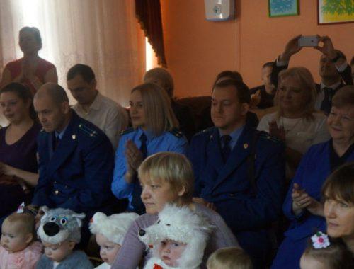 Сотрудники областной прокуратуры устроили новогоднее представление для детдомовцев