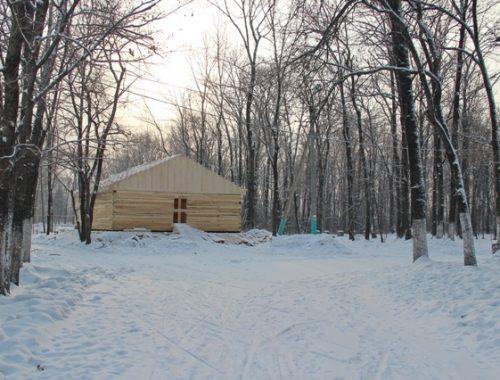 В Биробиджанском парке завершается строительство зимнего городка