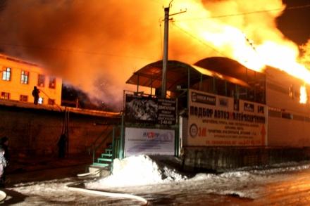 Автосервис выгорел в результате пожара в Биробиджане