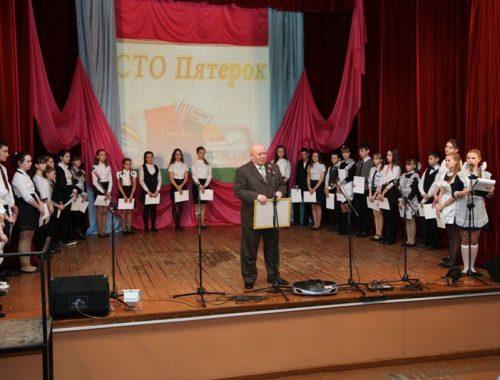 Отличников Октябрьского района наградил Анатолий Тихомиров