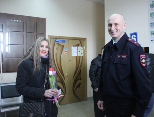 Права вместе с тюльпанами вручали женщинам сотрудники Госавтоинспекции накануне 8 марта