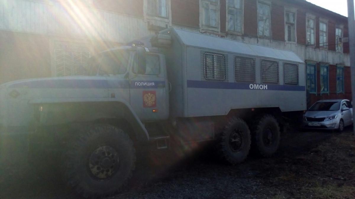 К дому Ивана Проходцева стянуты дополнительные силы СОБР и полиции, подъехал автозак
