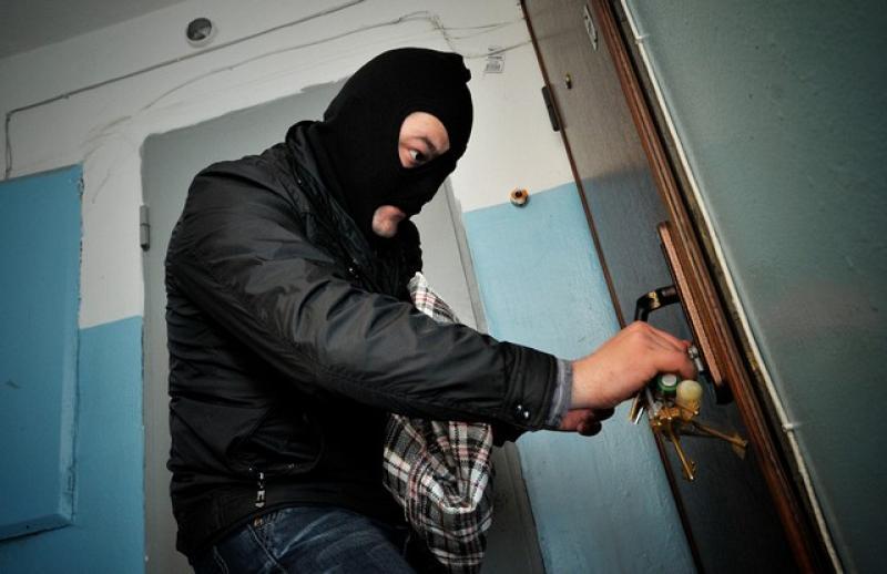 Незапертая дверь стала причиной кражи продуктов у жительницы Биробиджана