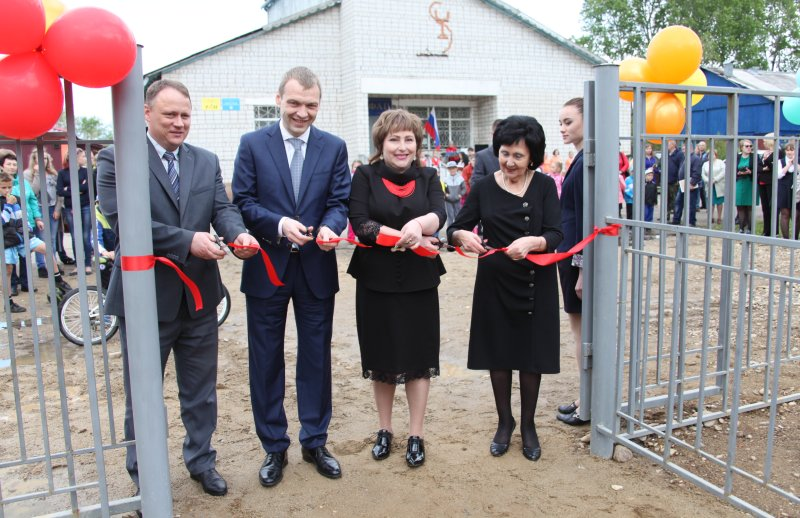 Вице-губернатор ЕАО Алексей Куренков торжественно открыл детские качели на Птичнике
