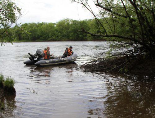 Биробиджанские спасатели переправили через Биру следователей и лесничих