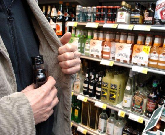 Дорогостоящую бутылку коньяка украл из магазина житель Биробиджана