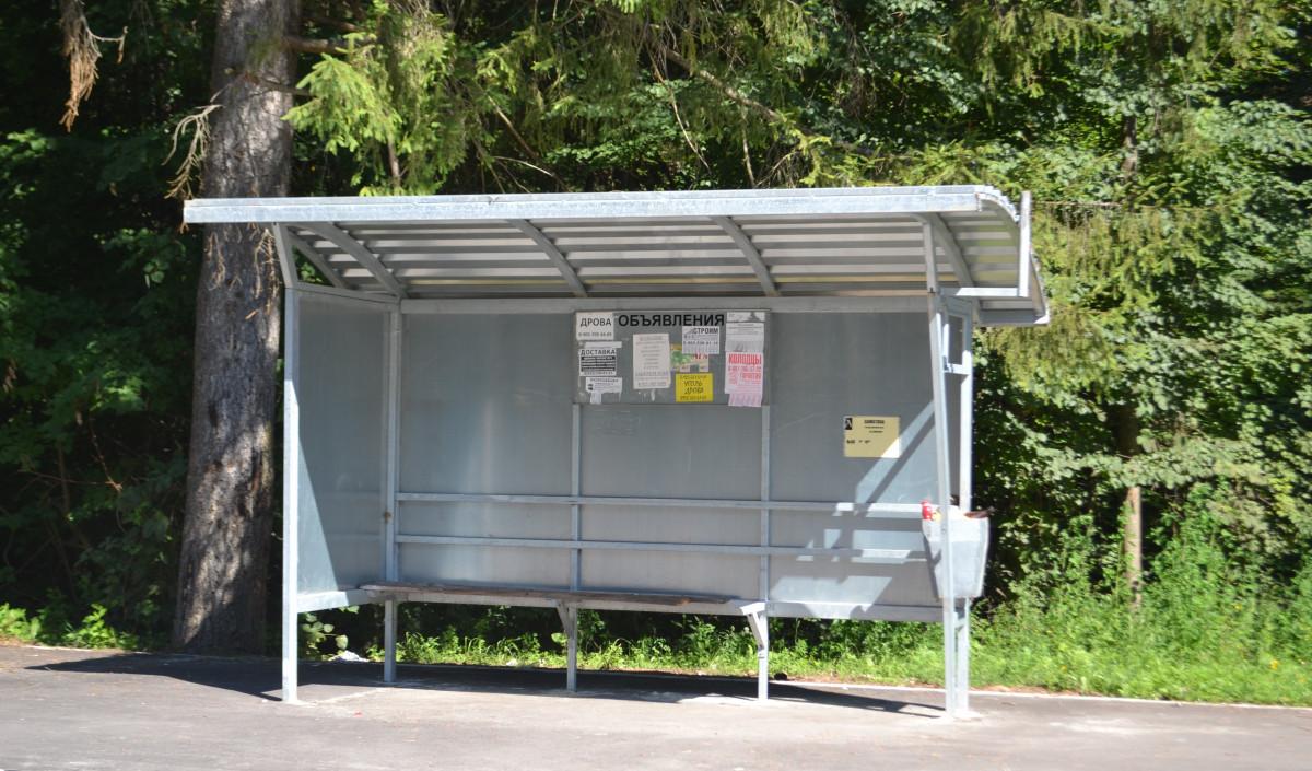 Водитель легкового автомобиля совершил наезд на автобусную остановку в ЕАО
