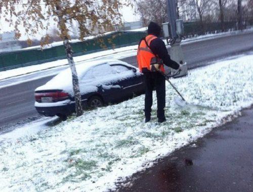 В Красноярске косят траву под снегом