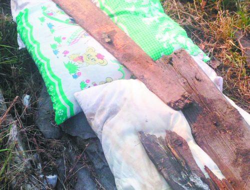 Подушками и досками утеплили теплотрассу в поселке Николаевка ЕАО