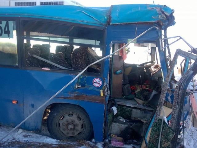Пассажирский автобус столкнулся с поездом на железнодорожном переезде в ЕАО