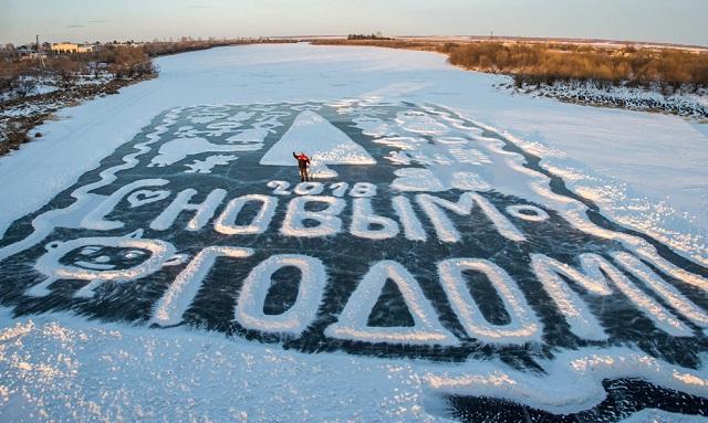 Удивительные новогодние открытки рисует на льду пенсионер из Амурской области