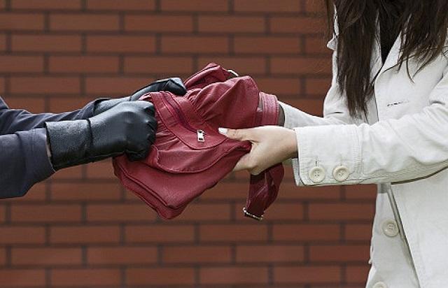 В надежде на возвращение бывшей возлюбленной биробиджанец украл у нее сумку
