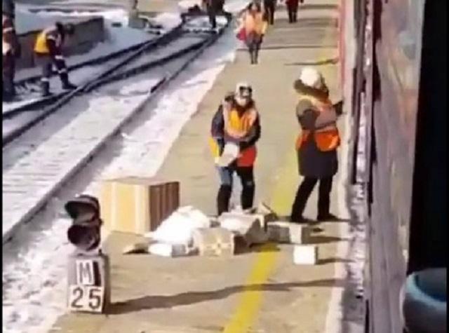 «Скоростная разгрузка» посылок в Приамурье попала на видео