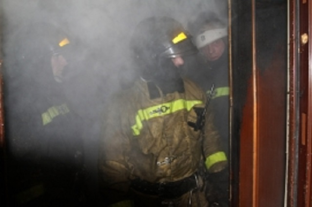 В Биробиджане в одном из подъездов загорелась входная дверь