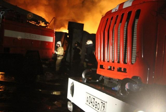 В Биробиджане трех человек спасли из горящего дома