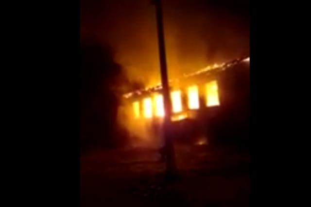 В городе Облучье загорелось здание бывшей школы