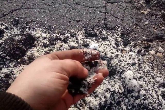 Ямы на дороге в Смоленской области залатали снегом