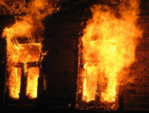 Пожилую женщину спасли из горящего дома в Биробиджане