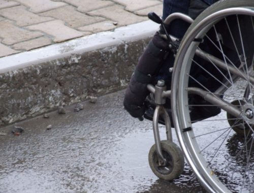 В ЕАО мотоциклист сбил инвалида-колясочника и погиб на месте ДТП