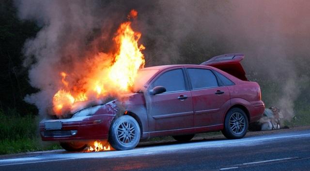 Разжигая костер, биробиджанец спалил два соседских автомобиля