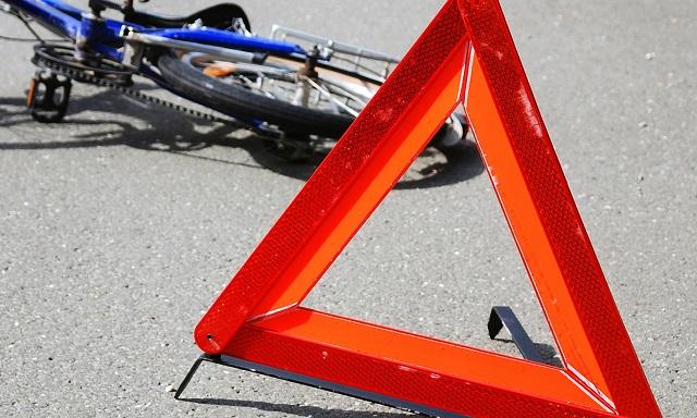 В Биробиджане два велосипедиста попали под колеса автомобиля