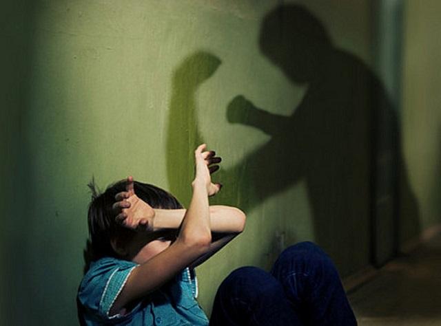 Не менее 20 ударов ремнем: мать и ее сожитель неоднократно избивали ребенка