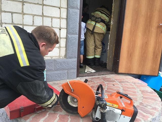 В ЕАО двухлетний ребенок закрылся в доме: на помощь пришлось звать спасателей