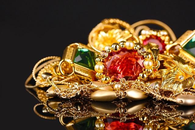 Супружеская измена закончилась кражей золотых украшений