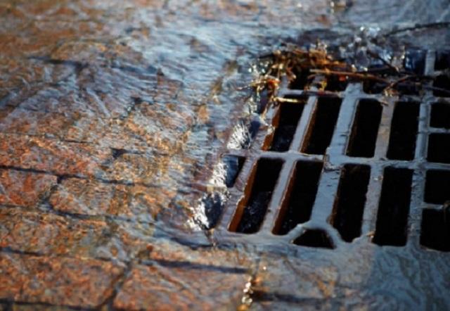 В Биробиджане проводят работы по очистке ливневой канализации