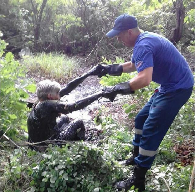 В Биробиджане пенсионерка угодила в битумное болото