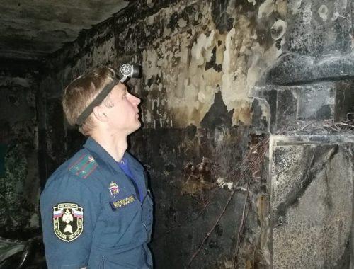 Обстоятельства ночного пожара выясняют дознаватели МЧС и сотрудники СУ СК