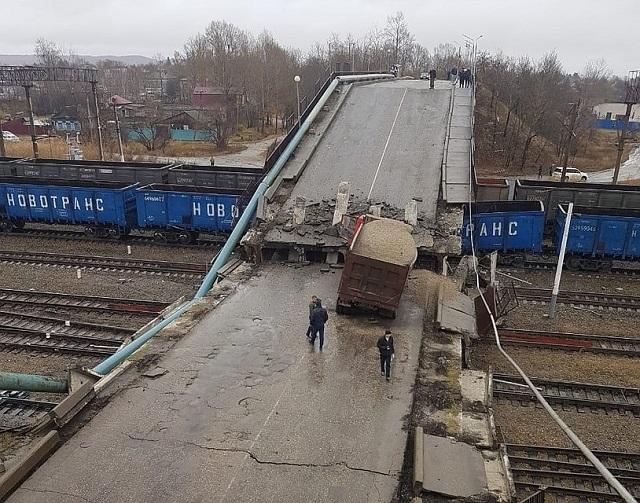 Виадук рухнул на железнодорожные пути в Амурской области (ВИДЕО)
