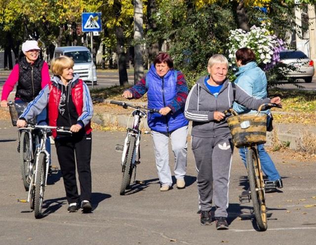 Велопробегом отметили День пожилого человека в Биробиджане