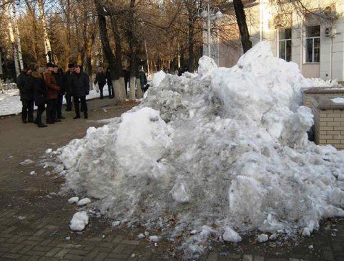 Навалы грязного снега в центре Биробиджана задумали превратить в горки
