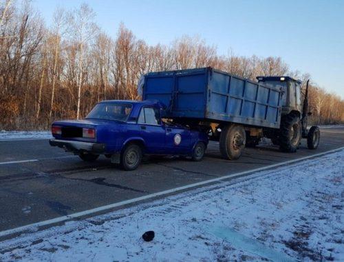 Легковой автомобиль столкнулся с трактором на дороге в ЕАО