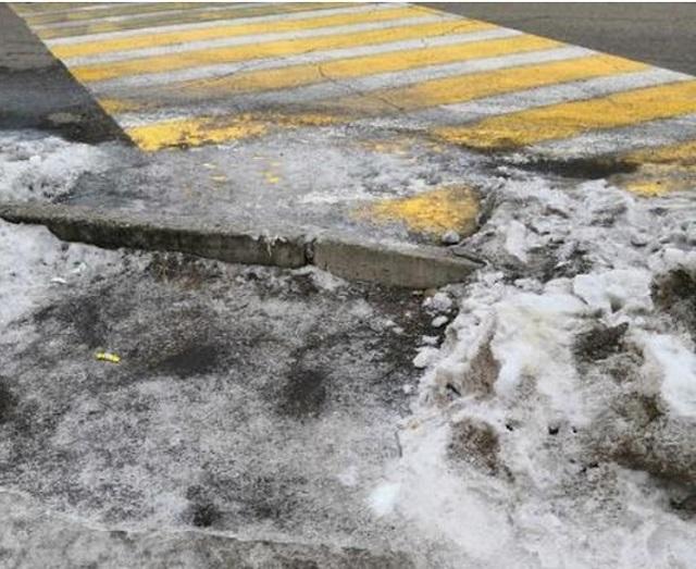 И как нам ходить? Коммунальщики заблокировали пешеходный переход в Биробиджане