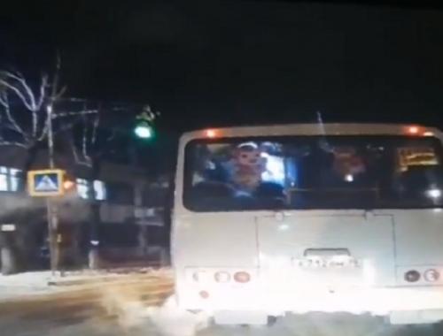 Пассажирский автобус сбил девочку в Биробиджане