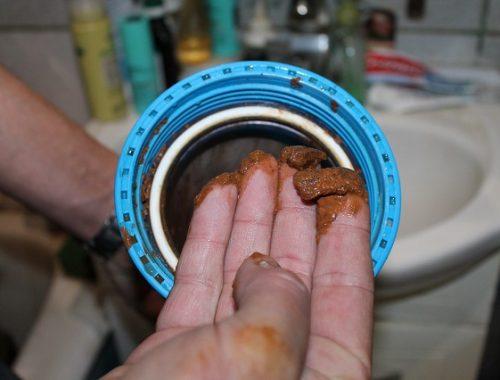 На дурно пахнущую жидкость из крана жалуются жители поселка в ЕАО