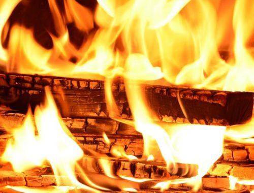 Пока местный житель ходил за дровами, его дом сгорел до тла