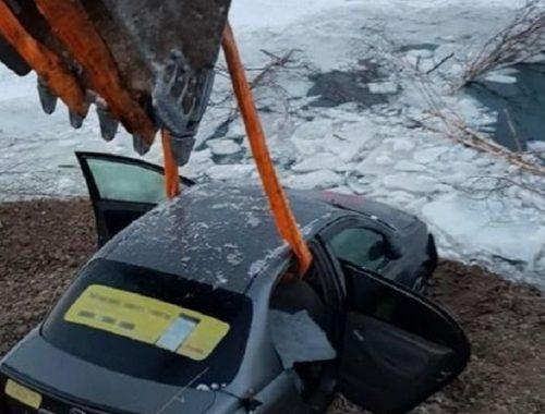 Водитель выехал на лед и утопил иномарку в биробиджанском карьере