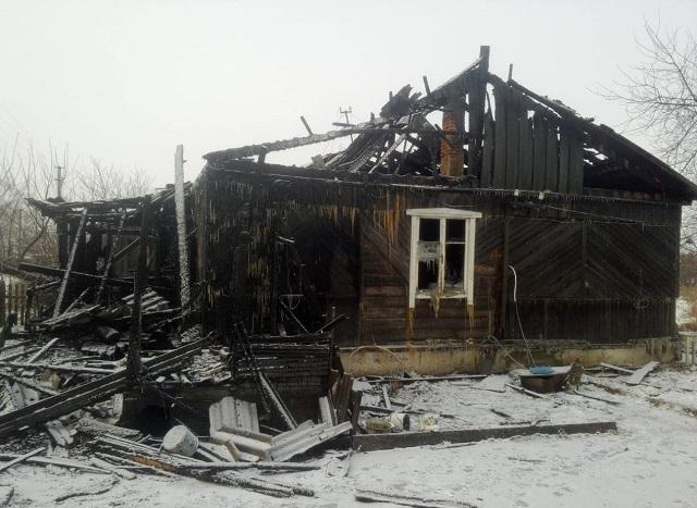 Мужчину и женщину спасли из горящего дома в ЕАО