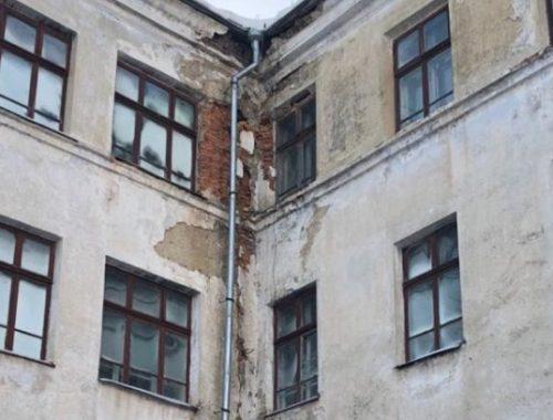Прокуратура ЕАО требует провести капремонт в разваливающейся школе