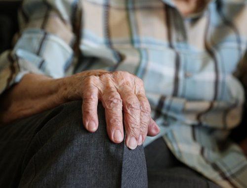 Бездомных пенсионеров предложили отдавать в приемные семьи
