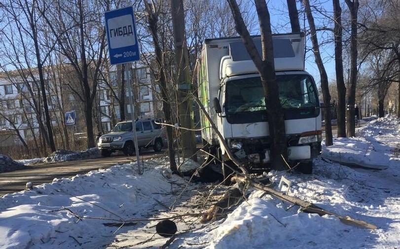 Водитель грузовика, пытаясь уйти от столкновения с внедорожником, насмерть сбил женщину на пешеходном переходе