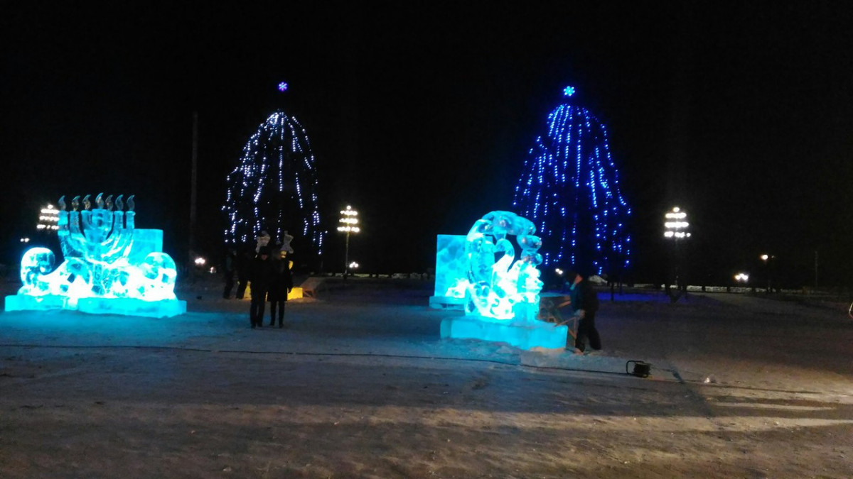 Круглые сутки работают скульпторы в ледовом городке Биробиджана
