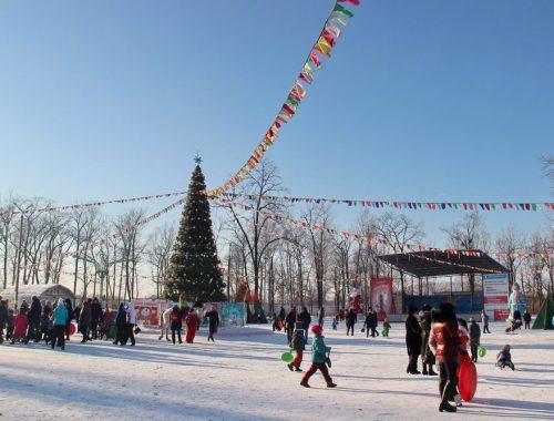 Праздник в разгаре: массовые новогодние гуляния проходят в городском парке