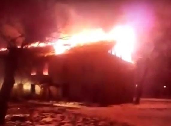Расселённый двухэтажный «барак» сгорел на выходных в Биробиджане