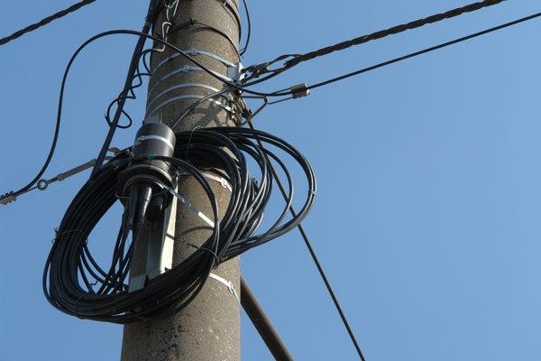 Два «брата-акробата» сняли телефонный кабель с вертикальных опор в селе Бабстово