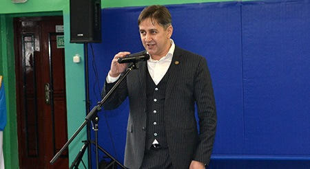 Четыре микрофона и колонку подарил Валдгеймской школе депутат-миллионер