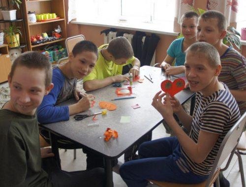 Воспитанников Валдгеймского детдома научили делать праздничные открытки